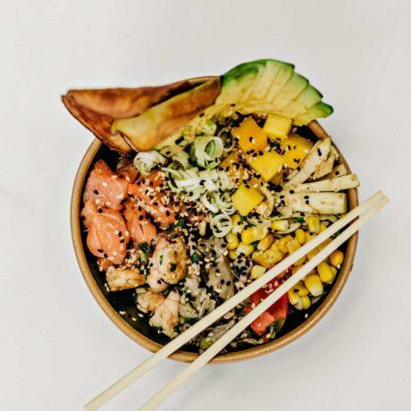 Poké Bowls mit Lachs, Avocado und Gurke