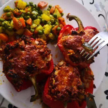 Paprika gefüllt mit Hackfleisch und Reis aus dem Ofen