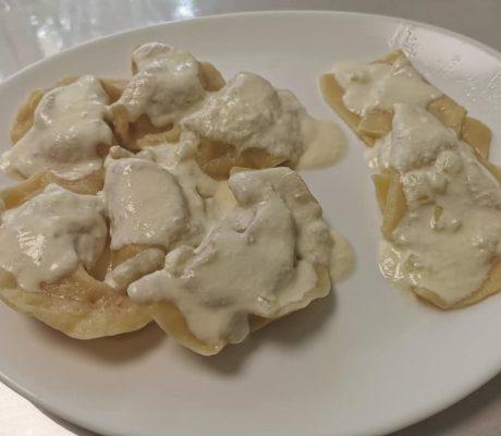 Selbstgemachte Tortellini aus Kartoffeln mit Sahnesoße