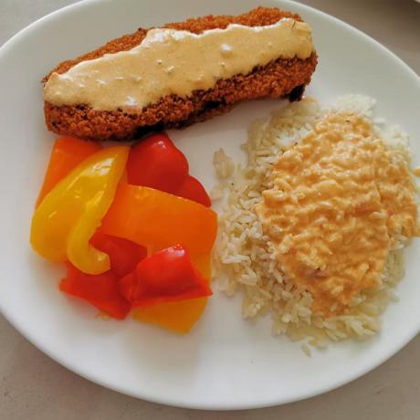 Frisches Seelachsfilet mit eingelegten Paprika, roter Zwiebel, Reis und Zigeuner-Sahne-Soße