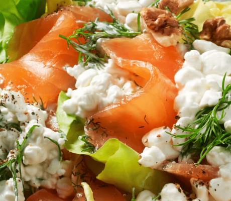 Geräucherter Lachs – Frischkäse – Salat mit Akazienhonig, Kräutern und Vollkornbrot