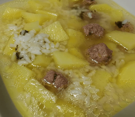 Reis – Suppe aus Süßkartoffeln und Hackfleischbällchen mit frischer Petersilie verfeinert