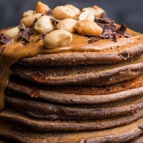 Original USA Pancakes mit Schokoladen Creme, Ahornsirup und Paraüsse