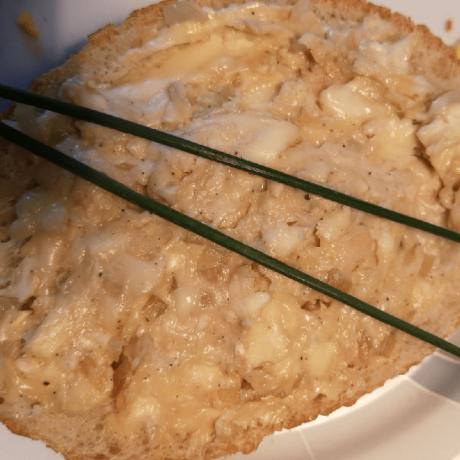 Selbstgemachter Käse Aufstrich mit Camembert und frischen Kräutern