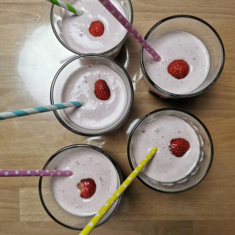 Selbstgemachter Haselnuss Milchshake mit frischen Erdbeeren und leckeren Vanilleeis