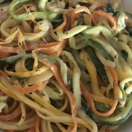 Gesunde Gemüse-Nudel-Panne mit Zucchini und Karotten
