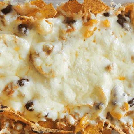 Knuspriger Nacho Auflauf mit Hackfleisch, Bohnen, Zwiebeln, Paprika und Käse