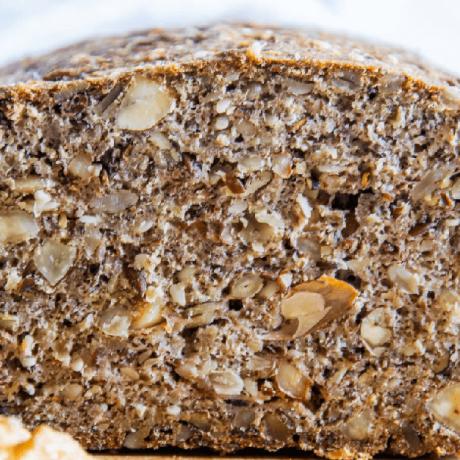 Ofenfrisches Haselnuss – Hanf – Brot mit frischen Äpfeln, Zimt und Kakao
