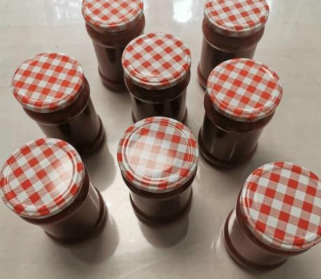 Selbstgemachter Marmelade mit frischen Erdbeeren und Rhabarber