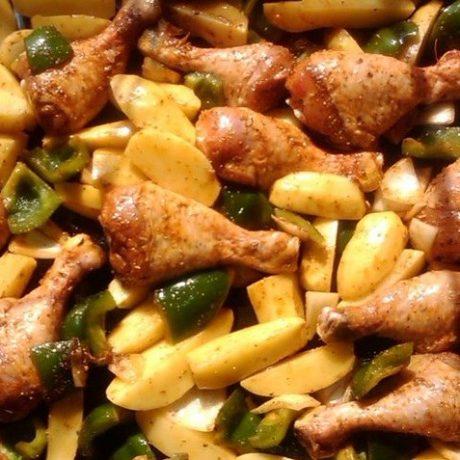 Gebackene Kartoffeln mit Hähnchenschenkel, frischen Knoblauch, Paprika und Zwiebeln
