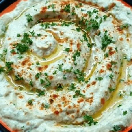 Gerösteter Aubergine – Knoblauch – Sesam – Paprika – Dip Creme mit frischer Petersilie