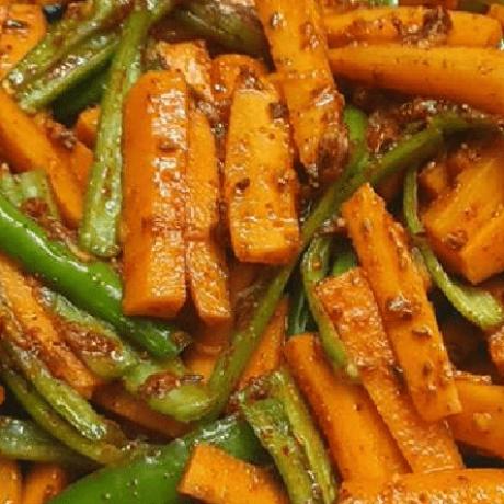 Grüner Chili Pickle Salat mit frischen Möhren, Knoblauch und Kashmiri verfeinert