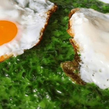 Frischer Spinat mit Bio Spiegeleiern verfeinert mit Muskat und Zwiebeln