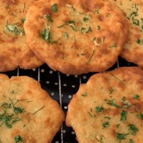 Low Crab – Naan Brot mit Joghurt, Mandeln, Büffelmozzarella und Chili verfeinert