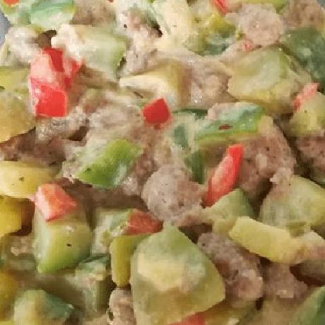 Vitaminreicher, gesunder Salat mit Hackfleisch, Zucchini, Paprika, Frischkäse und Knoblauch
