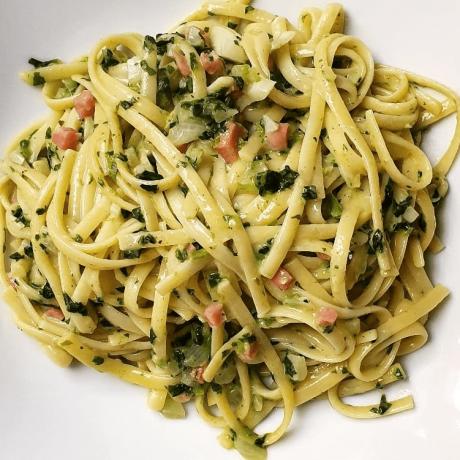 One Pot Knoblauch Pasta mit gesunder Spinat – Zwiebel – Frischkäse – Sauce