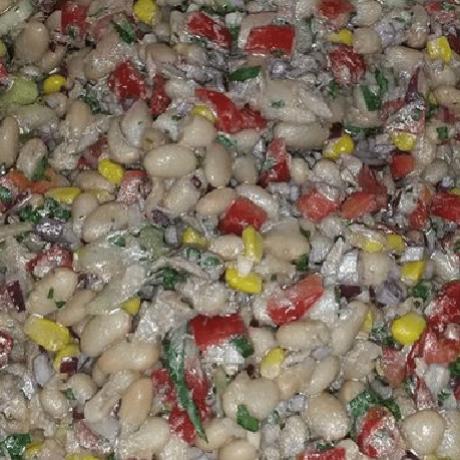 Italienischer Bohnen – Thunfisch – Salat mit gesunden Sellerie, Knoblauch, Paprika, Mais und Zwiebeln