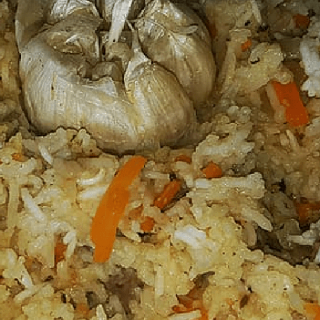 Russische Plov Pfanne mit Rindfleisch, Gemüse und Reis