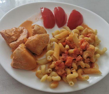 Sahnehähnchen mit frischen Paprika, Tomaten, Frischkäse und Vollkornnudeln