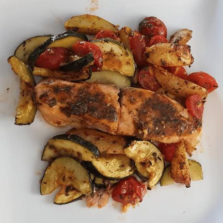 Fangfrischer Lachs mit vitaminreichem Gemüse und Champignons aus dem Backofen