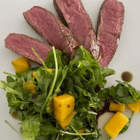 Ghee Rinderfilet aus gesunden Rucola – Mango – Salat mit Küriskernöl verfeinert