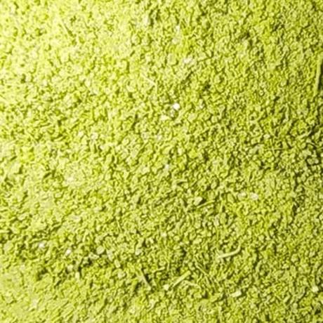 Gesundes Basilikumsalz aus erntefrischen Basilikum und Bio Zitronen