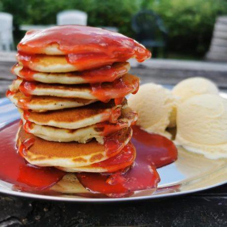 Selbstgemachte Kokos – Honig – Pancakes mit leckerer Erdbeersoße und Vanilleeis