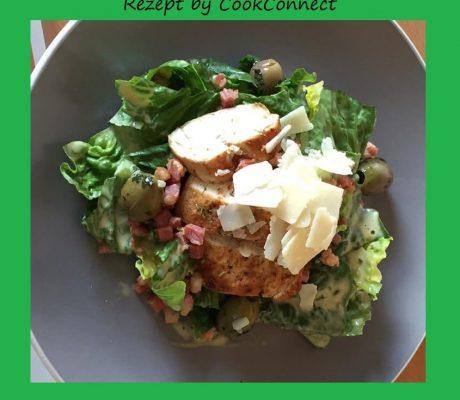 Romanasalat mit gebratenen Tranchen von der Hähnchenbrust mit Parmesan, Speck, Speckwürfel, Oliven und Senfmayonnaise
