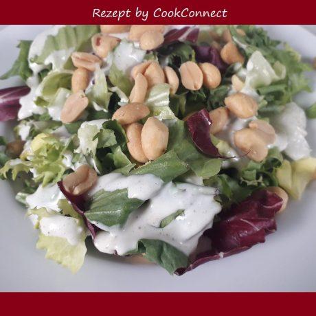 Blattsalat mit Sardellen, Erdnüssen und frischem Parmesan und Zitronenolivenöl