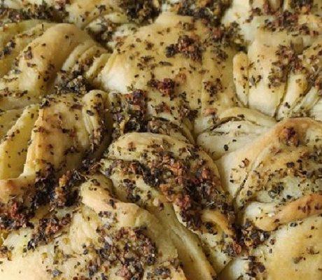 Frisch gebackenes Knoblauchbrot mit frischen Oregano und Basilikum Kräutern