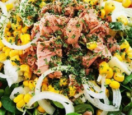 Gesunder Thunfisch – Blattsalat mit Mais, Zwiebenln und Balsamico Creme