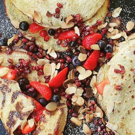 Low Crab – Früchte – Frischkäse – Crepes mit Granatapfel, Beeren, Mandeln, Vanille