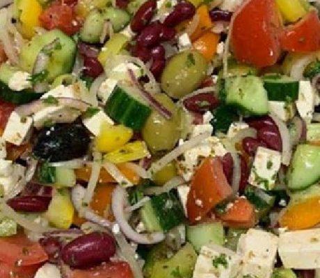 Vitaminreicher Bauernsalat mit Gurken, Bohnen, Fetakäse, Paprika, Tomaten und Oliven