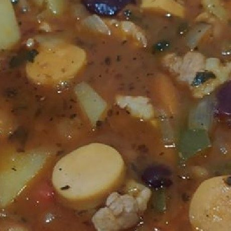 Original Serbische Bohnensuppe mit Schweinebauch, Gemüse und Würstchen
