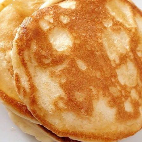 Fluffige Pancakes mit frischem Honig vom Imker und Vanillebutter