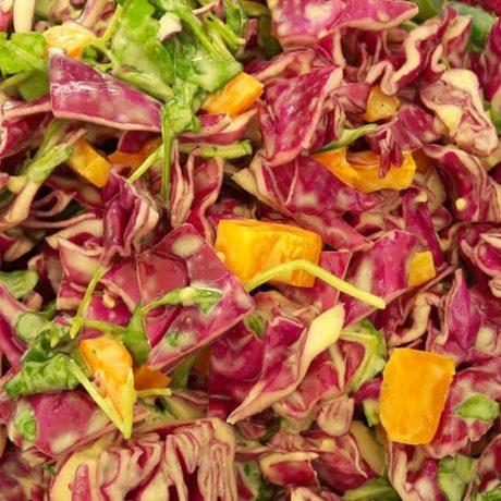 Eisbergsalat mit frischen Gemüse, Schnittlauch, Joghurt, Senf und Ahornsirup