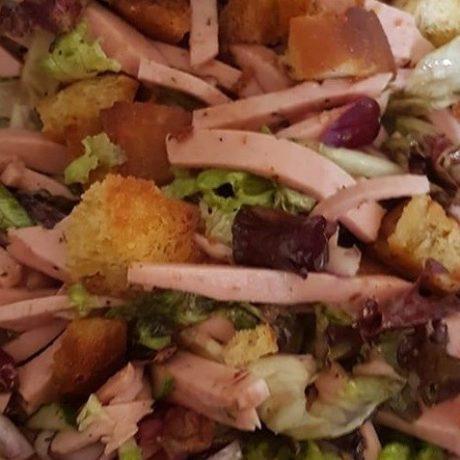 Fleischwurst Salat mit Gemüse, Kidney Bohnen und gerösteten Ciabatta Brot