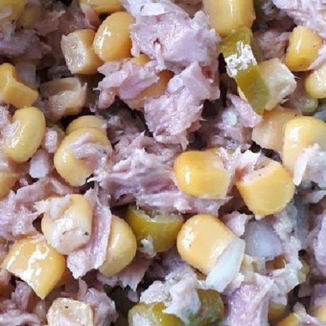 Vitaminreicher Thunfisch – Salat mit Mais, Peperoni und roten Zwiebeln