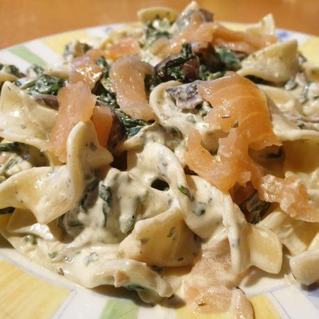 Leckere Bandnudeln in Spinat-Champigon-Sauce mit Räucherlachs