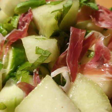 Erfrischender Melonensalat an Serranoschinken