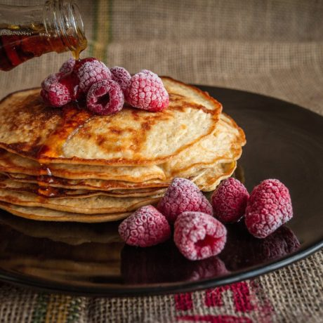 Süße Pfannkuchen mit Kirschen vom Blech