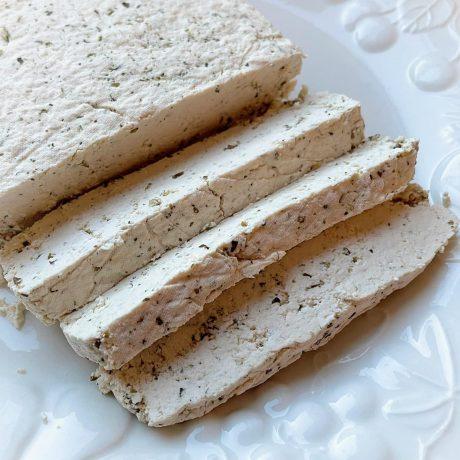 Selbstgemachter Tofu mit Kräuter
