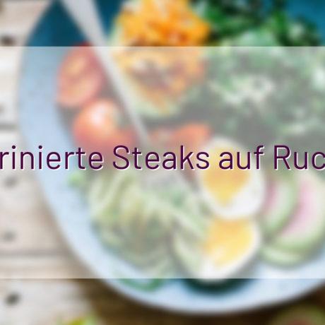 Marinierte Steaks auf Rucola